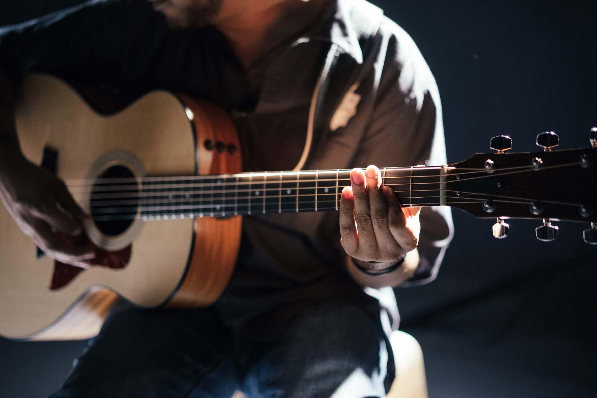 Mann der Gitarre spielt